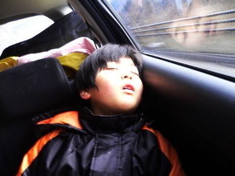遊び疲れて眠る子供