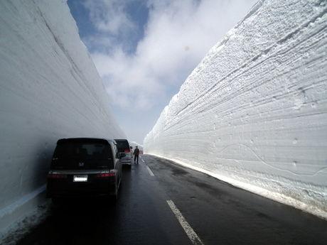 雪の壁に囲まれた道路