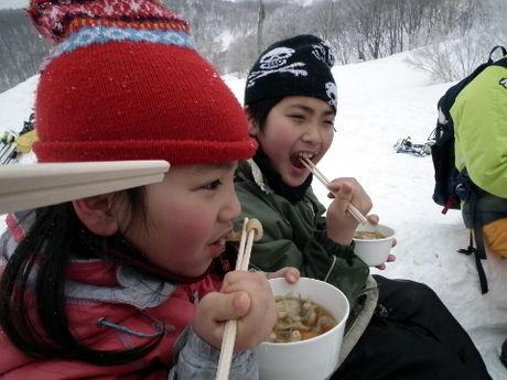 雪原でご飯を食べる子供