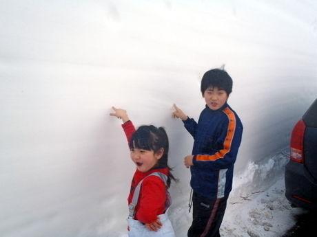 雪の回廊を触る子供