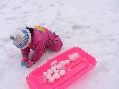 雪玉を作る子供