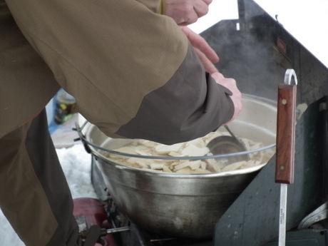 雪原で作る温かいご飯
