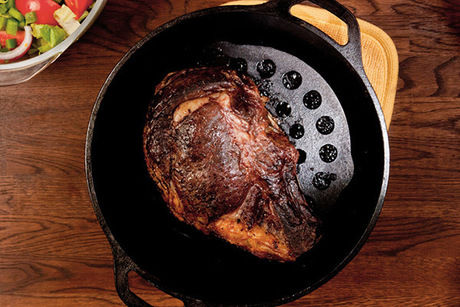 ロッジのクッカーに乗せられた肉