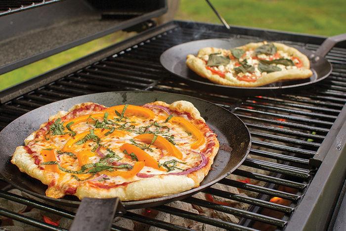 ロッジのクッカーで焼かれたピザ