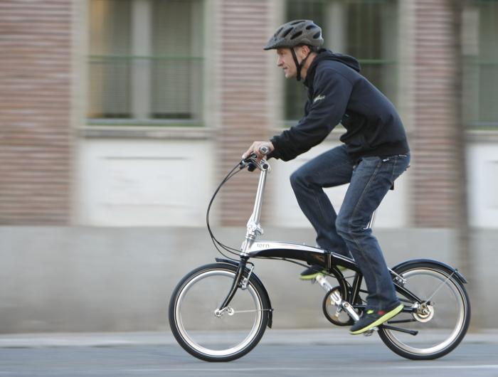 道路上を自転車で走る男性