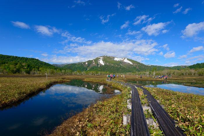 青空の中の尾瀬の草原と川と山