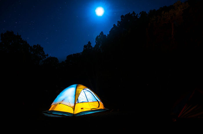 暗闇の中で照らされているテント