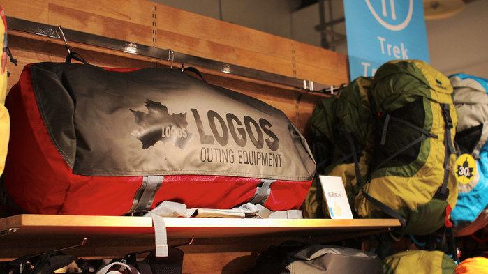 棚に陳列されたロゴスの商品