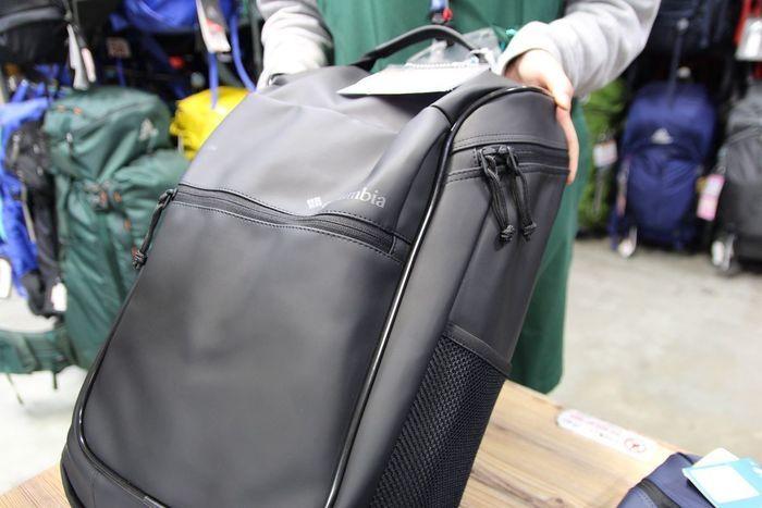 コロンビアのゼノビアフォレストバックパックに手を添える大塚さん