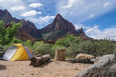 山の中腹に立てられたテント