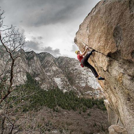 一枚岩を登る人