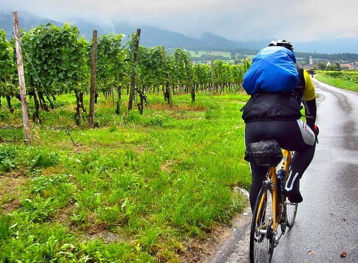 バックパックを背負い自転車に乗る男性
