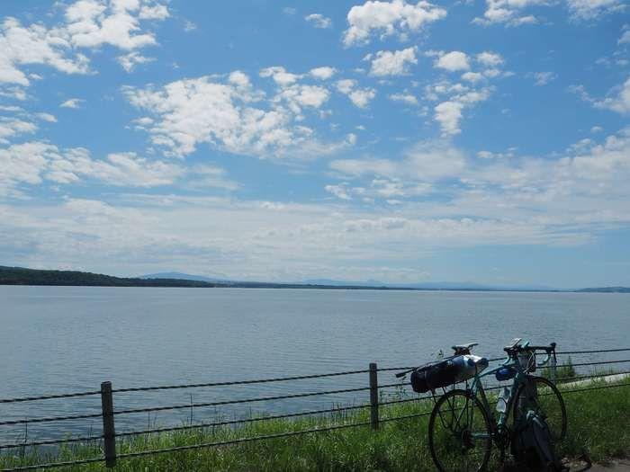 川沿いに停められたテントを積んだ自転車