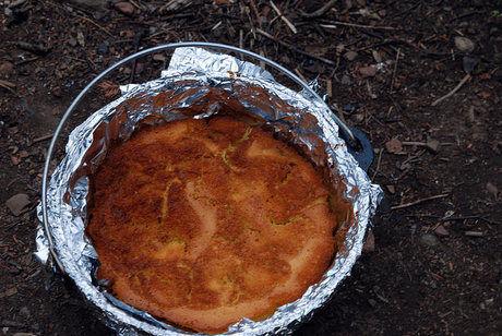 ダッチオーブンで作られたパンケーキ
