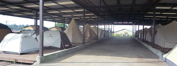 おいしいキャンプ場の雨に濡れないキャンプサイト