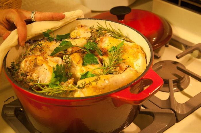ダッチオーブンで作られるベイクドポテトチキン