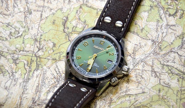 地図の受けに置かれたSEIKOの時計