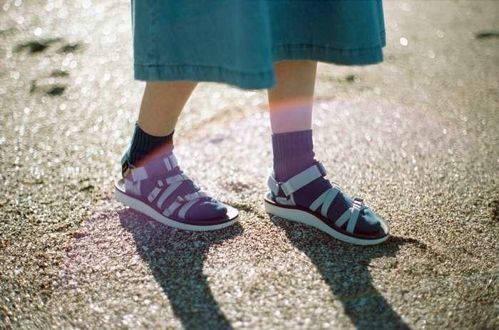 靴下と合わせて履くスポーツサンダル