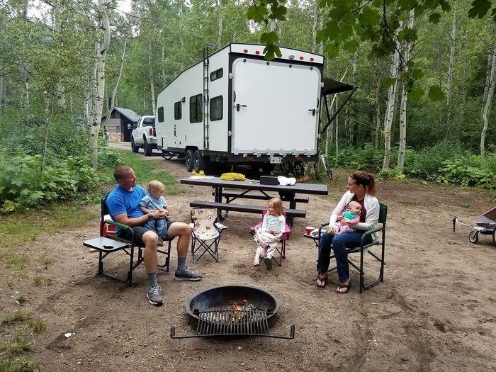 家族でキャンプを楽しんでいる様子