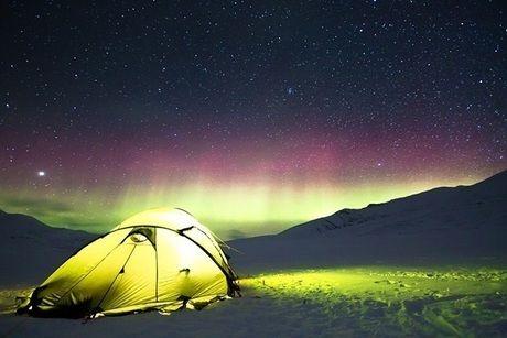 オーロラとライトアップされたテント