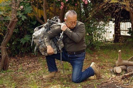 バックパックを肩にかける男性
