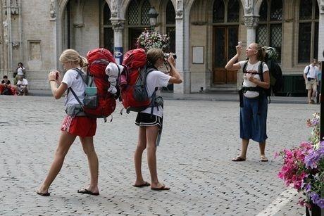 バックパックを背負い街中を散策する女性
