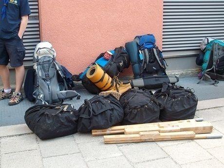 路上に置かれたたくさんのバックパック
