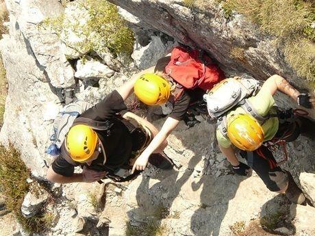 岩山を登る人々
