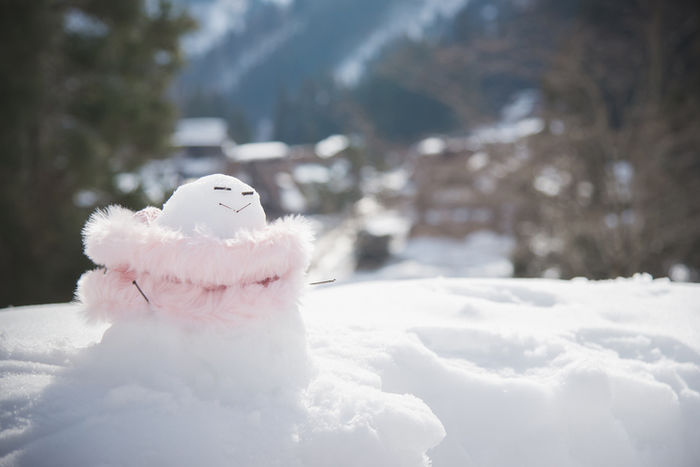 ふわふわのマフラーをつけた雪だるま