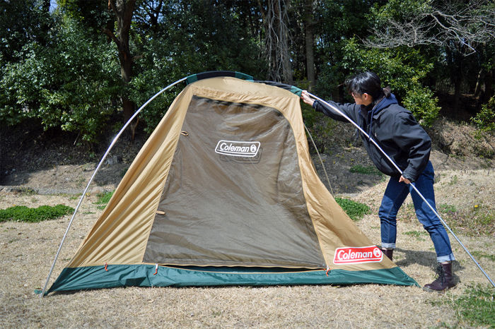 コールマン タフドーム/240のテントを立ち上げる女性