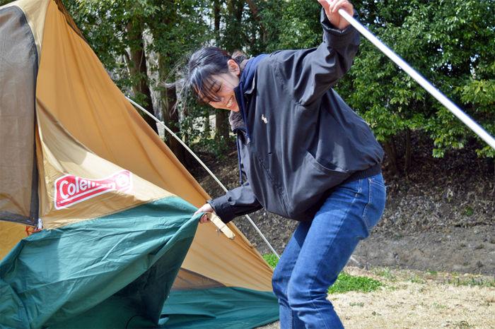 コールマン タフワイドドームⅣ/300のポールを引っ張る女性