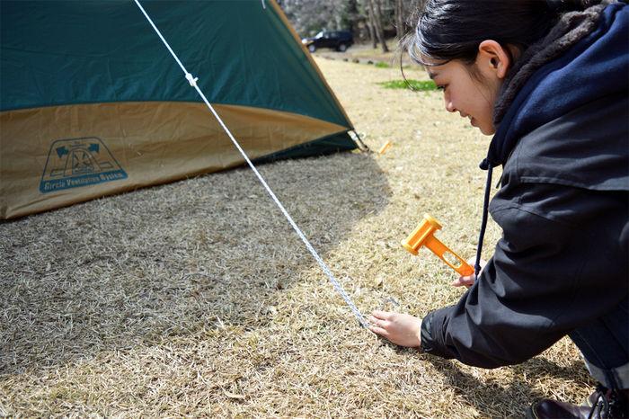 コールマン タフワイドドームⅣ/300のロープを張る女性
