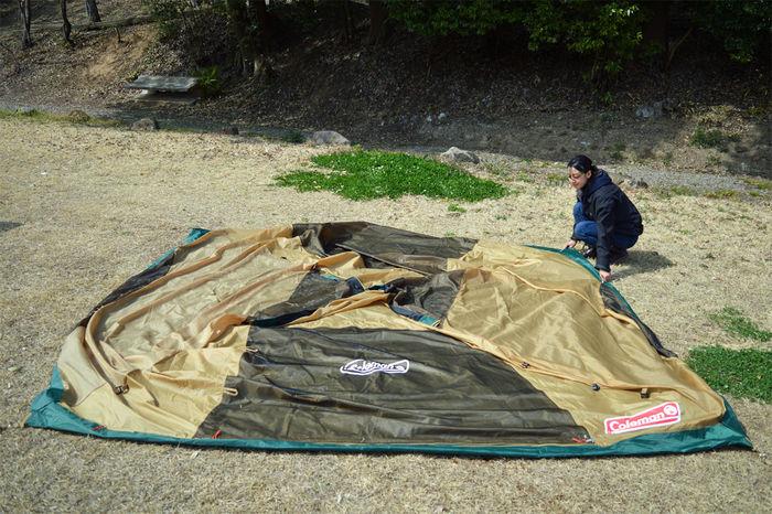 コールマン タフワイドドームⅣ/300のインナーテントを広げる女性