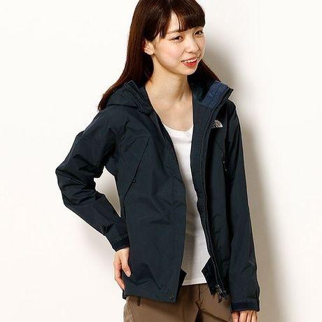 ノースフェイスのスクープジャケットを着ている女性