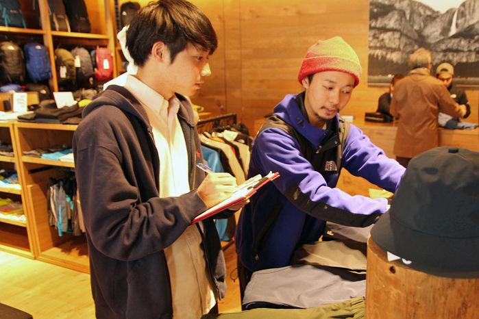 商品の説明をするTHE NORTH FACE 原宿店の谷山さん