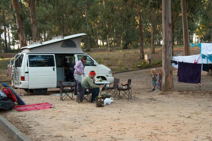 バンコンを使ってキャンプを楽しむ家族