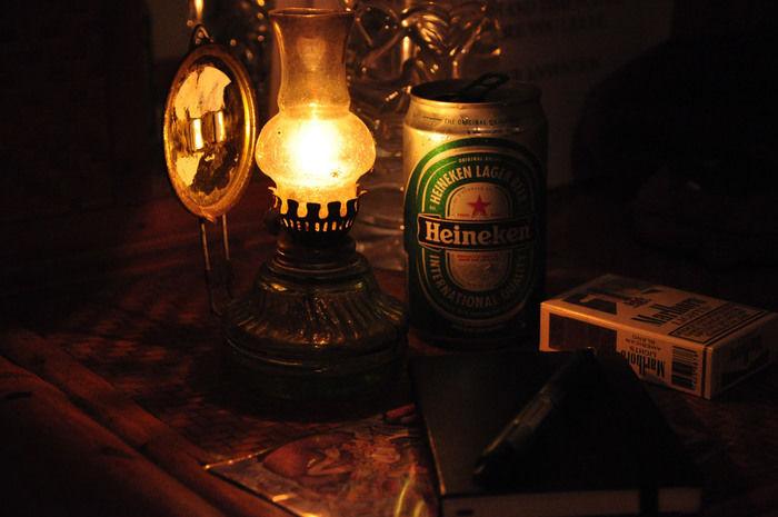 キャンプで灯されたオイルランプ