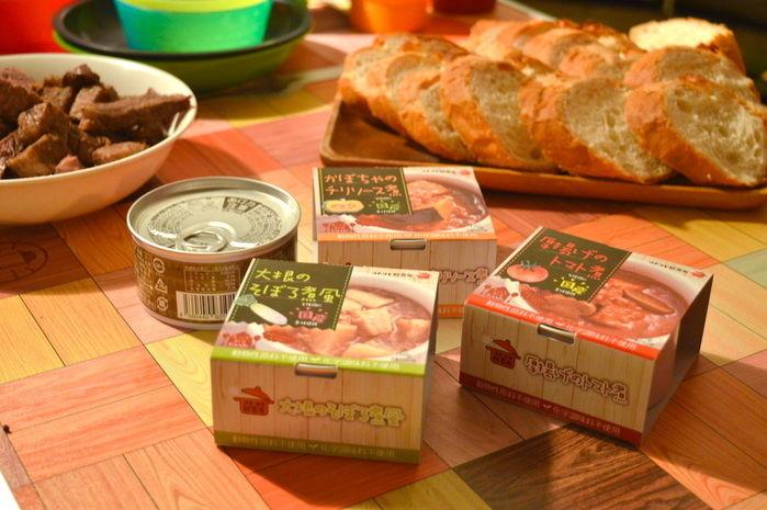 テーブルに並べられた缶詰とフランスパン