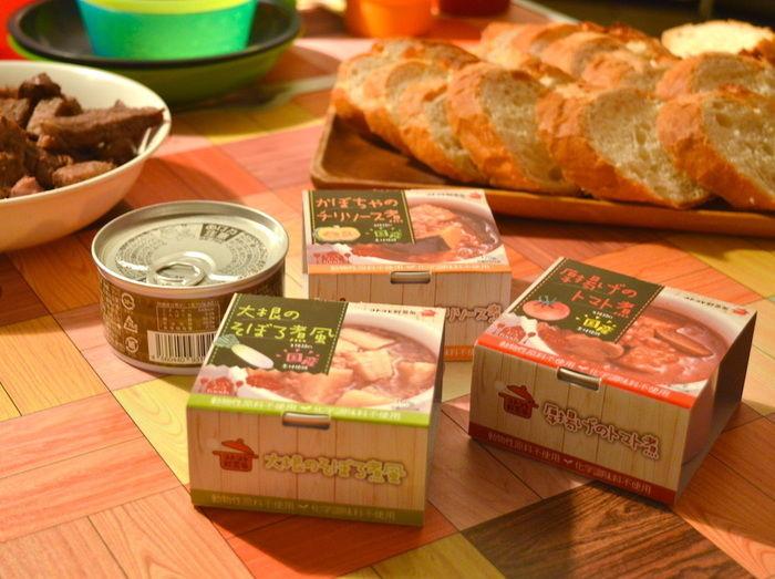 テーブルに並べられたコトコト野菜缶シリーズ