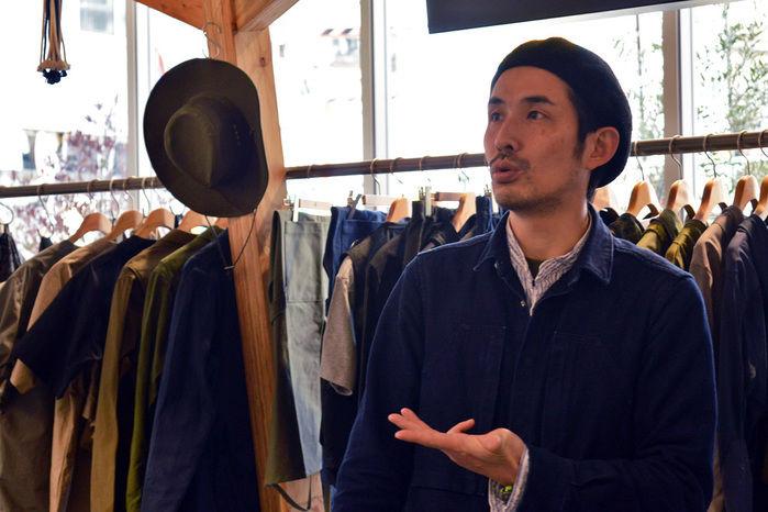 商品の説明をするスノーピーク表参道店、店長の杉山さん
