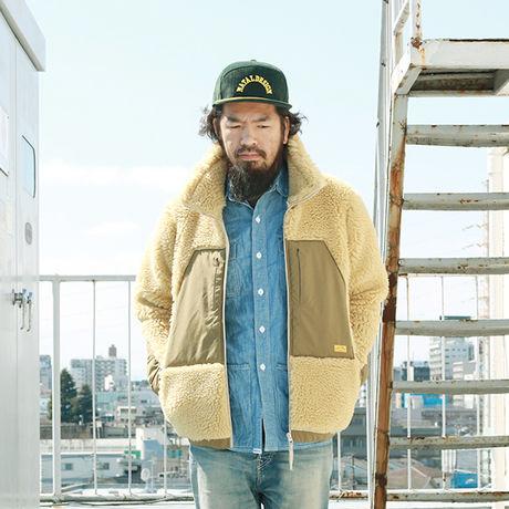 ネイタルデザインのアウターを着た男性