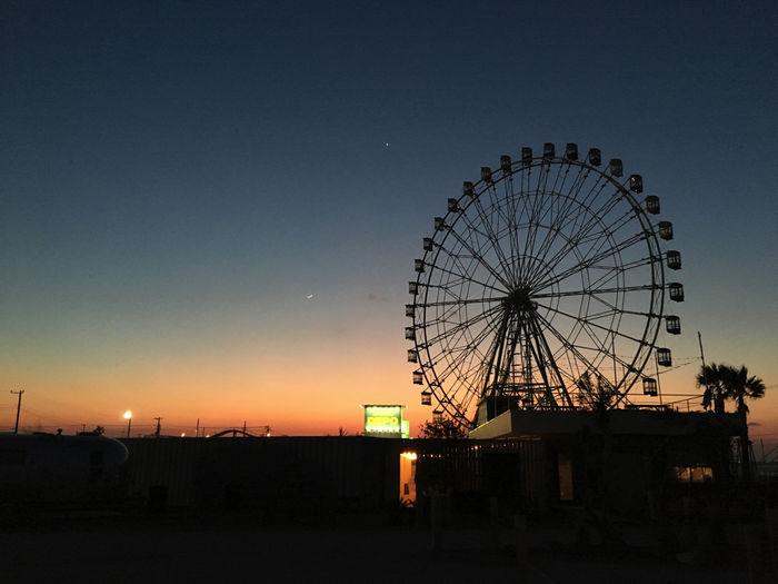 WILD BEACHの広場から見える夕日と観覧車