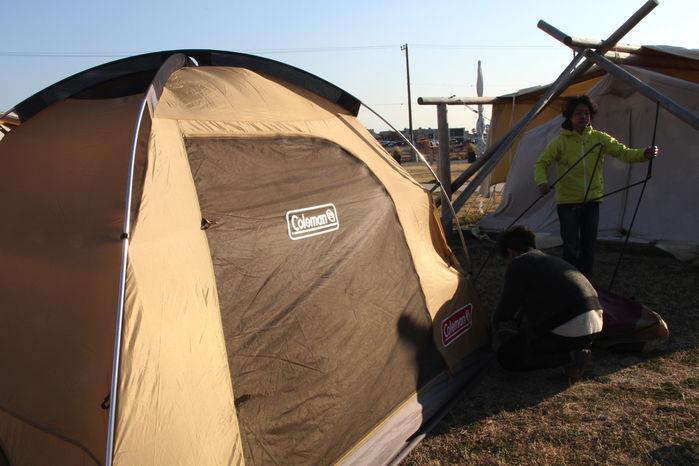 WILD BEACHの広場で行われたhinataのテント設営講座
