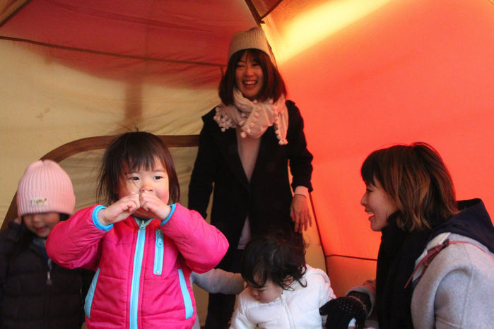 テントの中で微笑むお母さんと子供