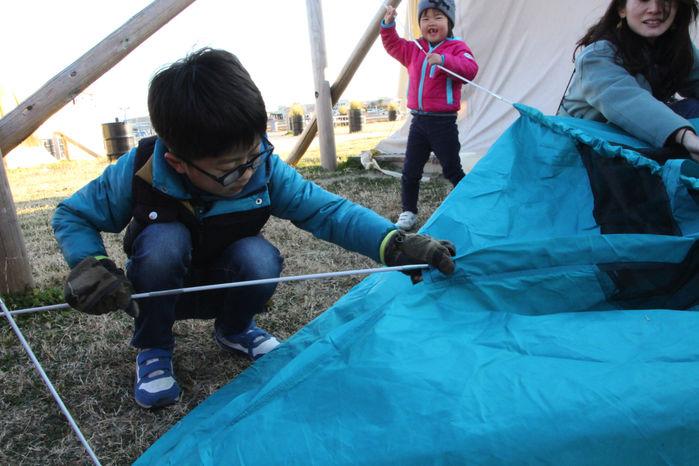 テントを設営する親子