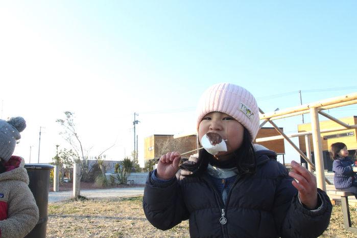 スモアを食べる子供