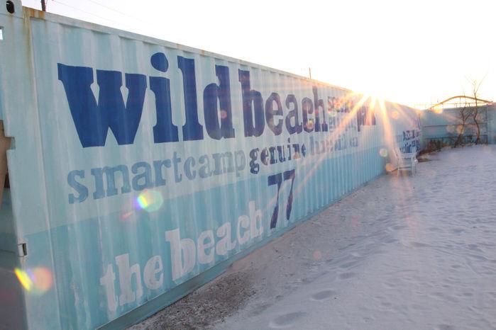 砂浜に置かれたWILD BEACHと書かれコンテナ