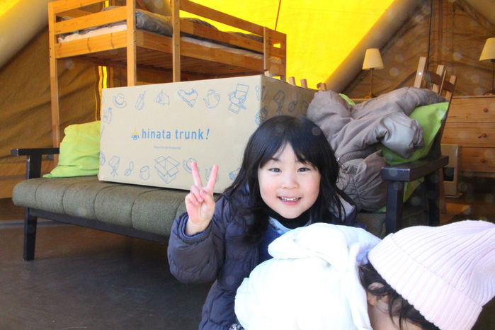hinata trunk!の箱を背景にピースをする女の子