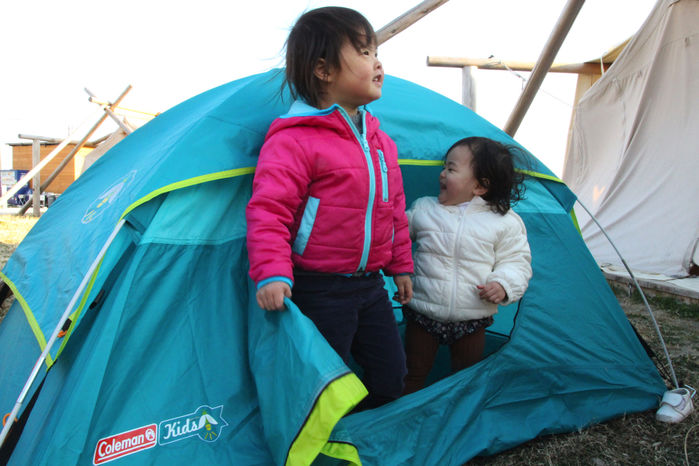 設営したテントの中に入り遊ぶ子供達