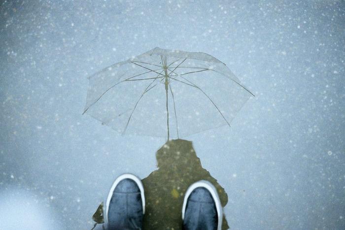 ビニール傘を指す人の足元